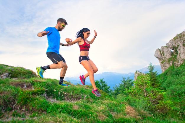 Спортсмены прыгают между горными тропами