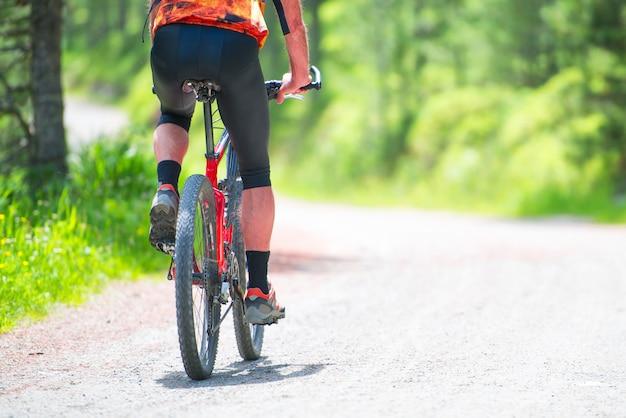 Горный велосипедист на гравийной дороге