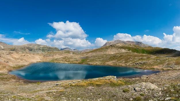 Панрама небольшого горного озера