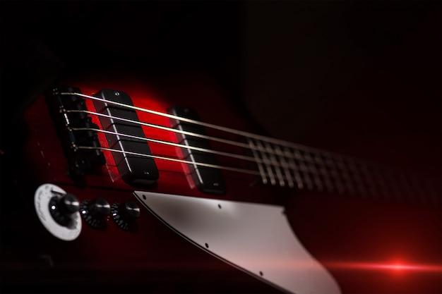 Винтажный стиль электрический бас на черном фоне