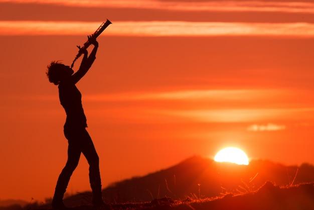 日没で演奏するサックス奏者