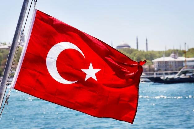 Турецкий флаг на флагштоке