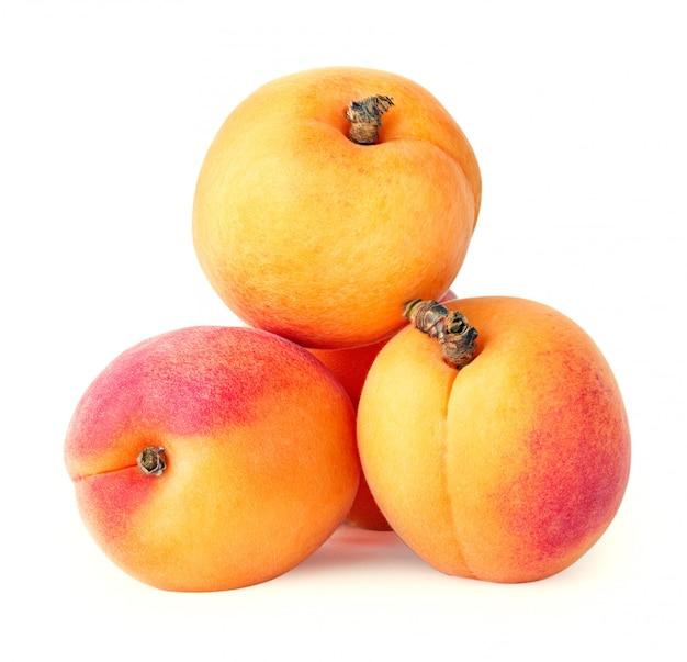 Желтые спелые абрикосы черенки