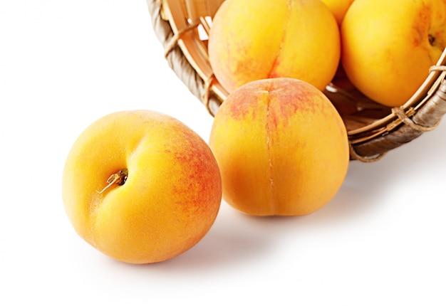 Корзина с абрикосами