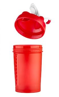 ふたが開いているスポーツ栄養用の赤いシェーカー