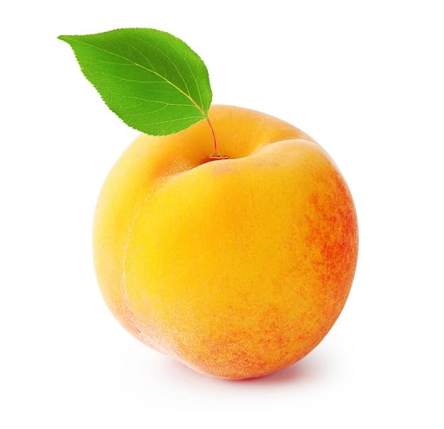 Спелый персик с листиком