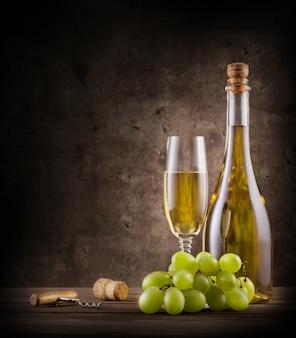 ブドウとグラスシャンパンのボトル