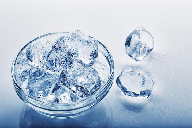 Замороженные кубики льда в стеклянной пластине