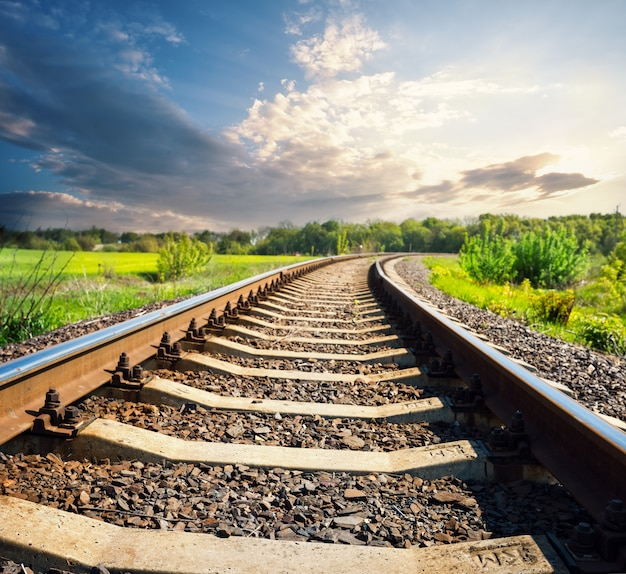 Железная дорога в зеленом поле