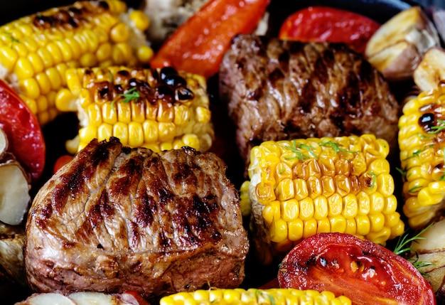 焼き肉とトウモロコシの食べ物