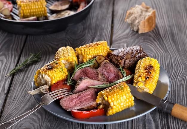 揚げ肉とトウモロコシと皿の上の野菜