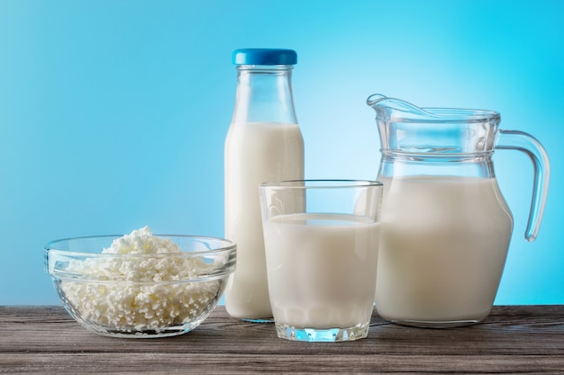 Натюрморт молочных продуктов на деревянный стол