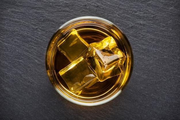 氷とウイスキーの丸いガラス