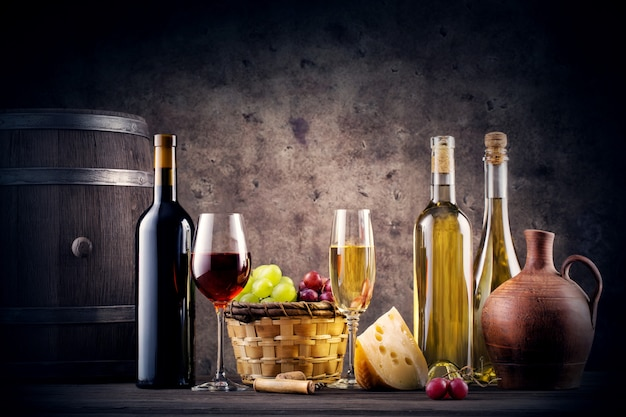 赤と白ワインのある静物