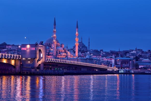 Мост галата и мечеть йени ками в стамбуле ночью