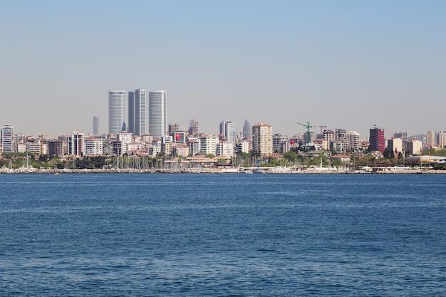 ビジネスセンターのあるイスタンブールの堤防