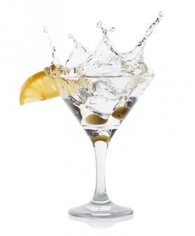 Бокал мартини с лимонными зелеными оливками в бокале для коктейля