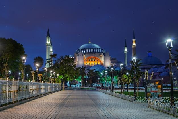 夜のブルーモスクの前の舗装