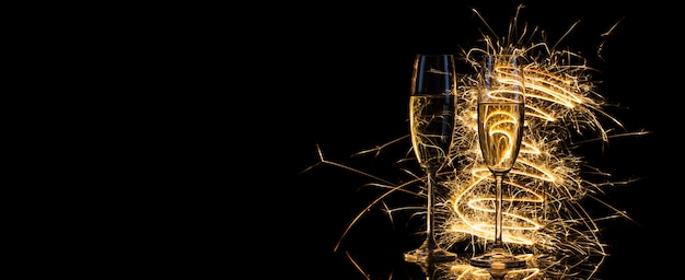 Бокалы с шампанским в золотом свете бенгальских огней