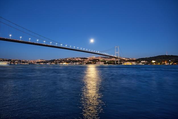 夜の海岸の背景にボスポラス橋