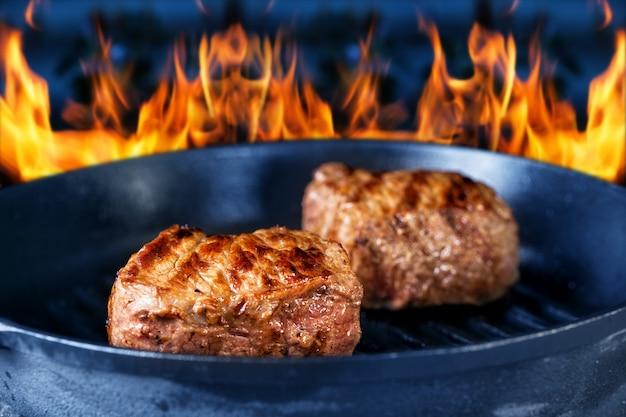 火のグリルでジューシーな肉を揚げ
