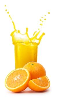 Всплеск в стакан апельсинового сока с нарезанными апельсинами