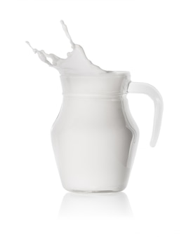 ガラスの透明なデカンターで牛乳のスプラッシュ