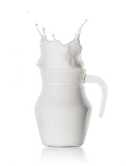 ガラスの水差しに牛乳のスプラッシュ