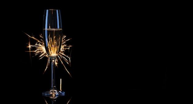 Высокий бокал шампанского с бенгальскими огнями