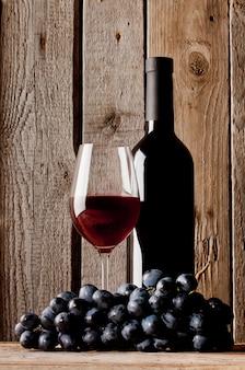 ボトルとグラスの赤ワイン