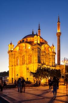 夜にイスタンブールのオルタキョイモスクに照らされた