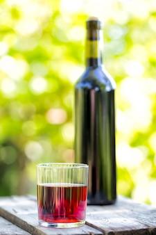 ボトルと多面的なガラスの赤ワイン