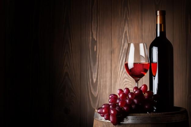 ボトルとブドウと赤ワインのガラス