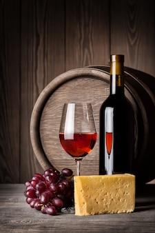 赤ワインとチーズのボトル