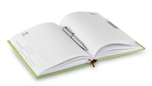 ペンで緑の日記を開く