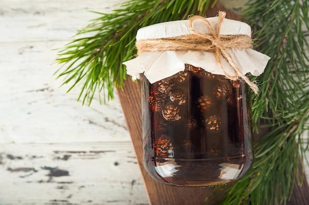 Традиционная тенденция сибирского десерта - варенье из молодых сосновых шишек.
