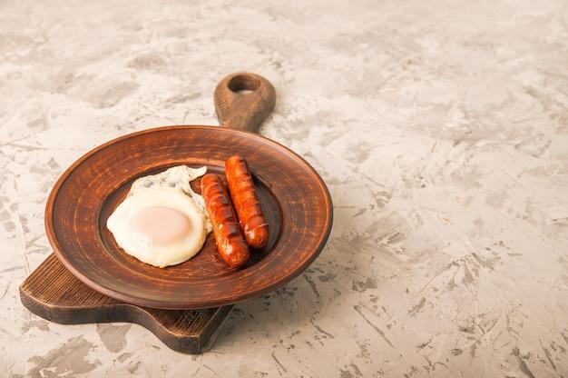 Жареные колбаски с яйцом крупным планом.