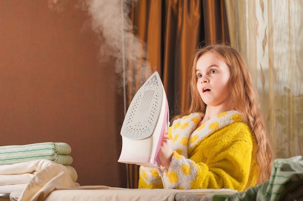 Маленькая смешная домохозяйка с железом.