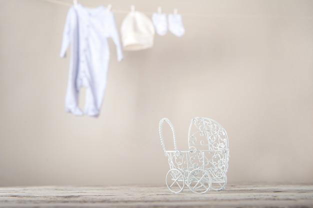 Детская одежда на веревке сухая. концепция стирки вещей
