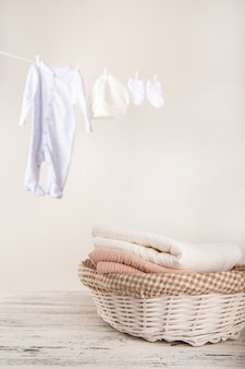 ロープでベビー服を乾かします。子供の物事の洗濯。