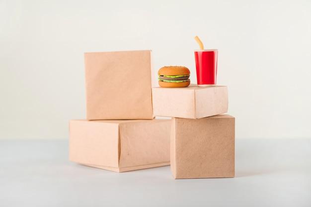 Продажа продукции. много коробок на белом фоне крупным планом и копирования пространство. быстрое питание.
