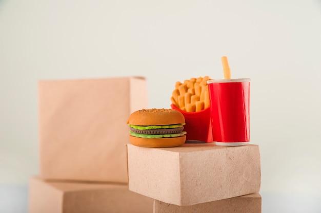 Продажа продукции. много коробок на белом фоне крупным планом и копирования пространство. быстрое питание. концепция коммерции, интернет-магазины.