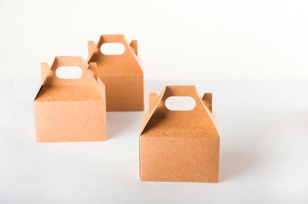 Продажа продукции. много коробок на белом фоне крупным планом и копирования пространство.