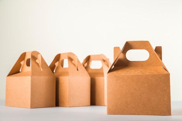 Продажа продукции. много коробки на белом фоне крупным планом и копирования пространство. концепция торговли, онлайн покупки.