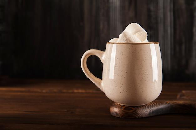 Зефир в чашке горячего шоколада
