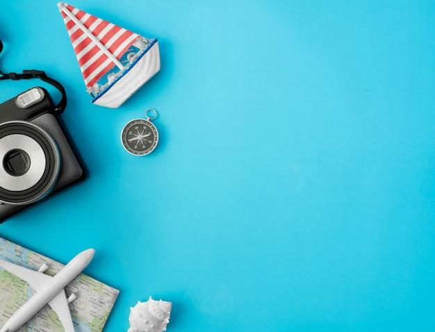 インスタントカメラフィルム、地図、パスポート、旅行アクセサリーの背景とトップビュー旅行