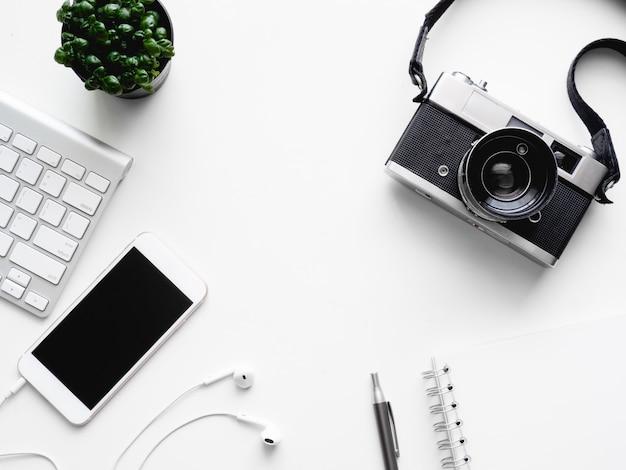 Взгляд сверху тетради рабочей области стола офиса, пластичного завода, графической таблетки на белой предпосылке с космосом экземпляра, графического дизайнера, концепции творческого дизайнера.