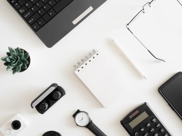 Взгляд сверху работы от домашней концепции с клавиатурой, калькулятором и тетрадью на белой предпосылке, график-дизайнером, концепцией творческого дизайнера.