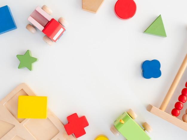 積み上げおもちゃの概念を学ぶ子供たち