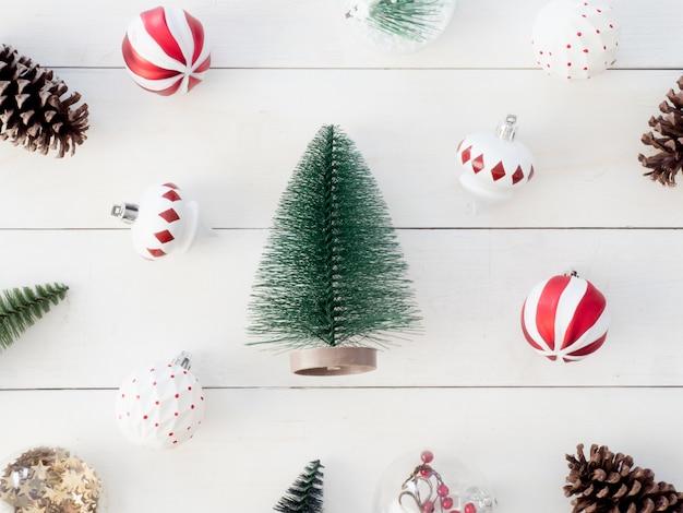 松ぼっくり、木のおもちゃ、ボールのクリスマスの装飾のトップビュー